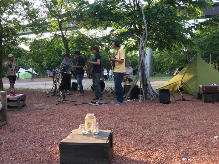 キャンプ場でライブをする男性