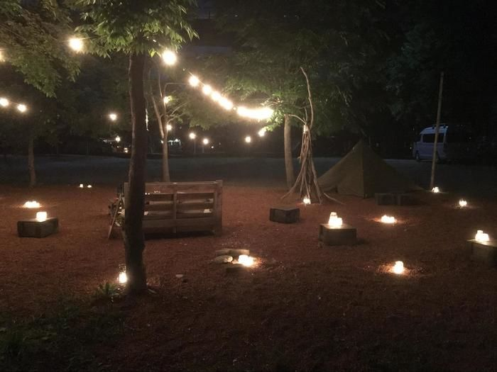キャンプ場に灯されたたき火