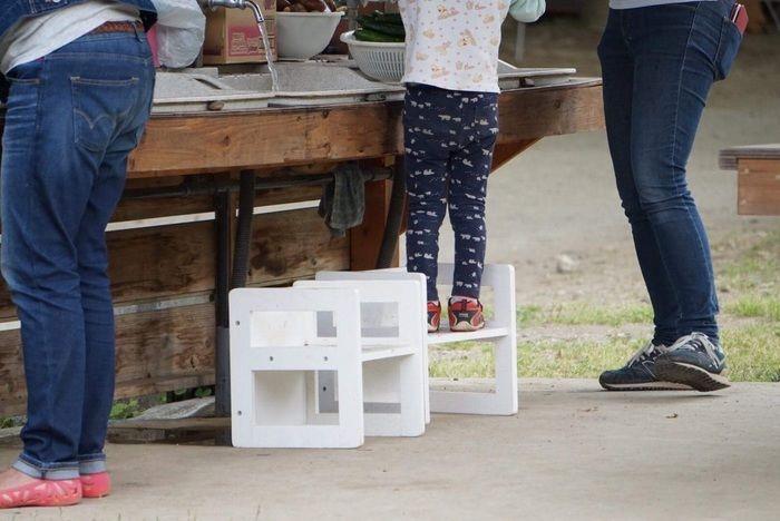 ステップ台を使う子ども