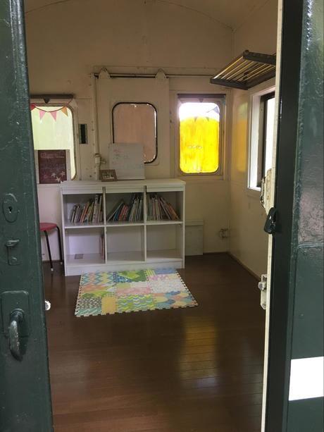 長瀞オートキャンプ場の電車バンガローの絵本ルーム