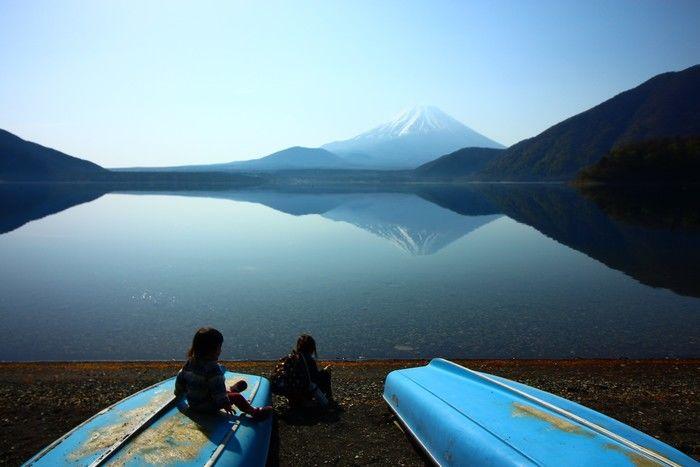 湖に反射する富士山