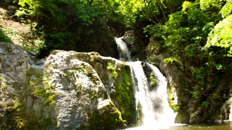 群馬県の下仁田付近の山中の川