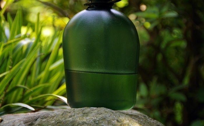 岩の上に置かれた水筒