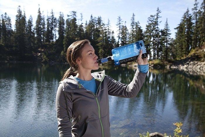 ソーヤーミニで水を飲む女性