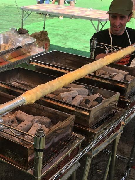 炭火焼でバウムクーヘンを作る様子