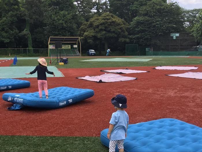 コールマンの巨大エアマットで遊ぶ子供