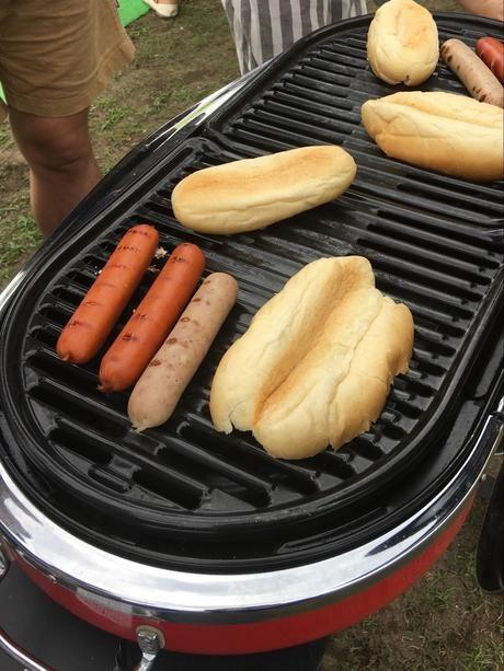 バーベキューグリルでホットドッグを焼く様子