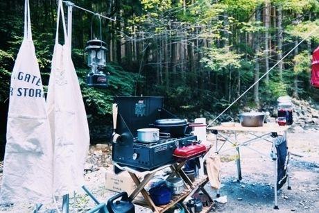 森の中のキャンプの様子