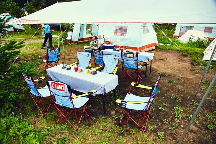 チャムスのアイテムを多く使ったキャンプサイトの様子