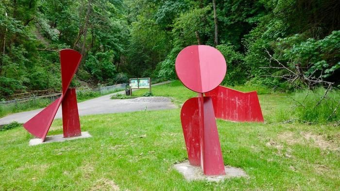 ポートランドの「フォレストパーク」のローワーマクレイ・トレイルにある赤いオブジェ