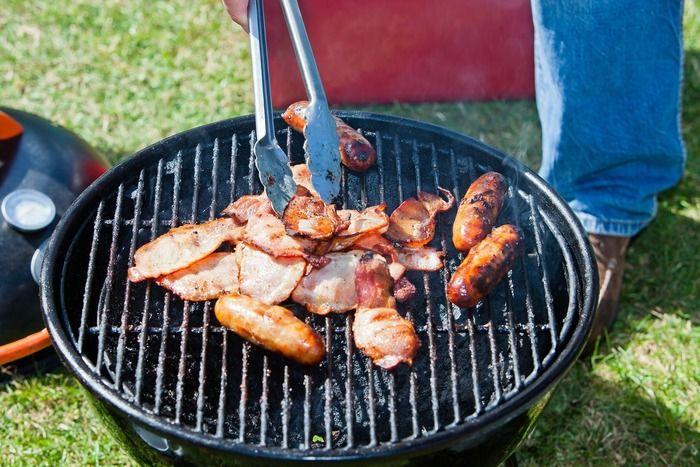 バーベキューで肉を焼く様子