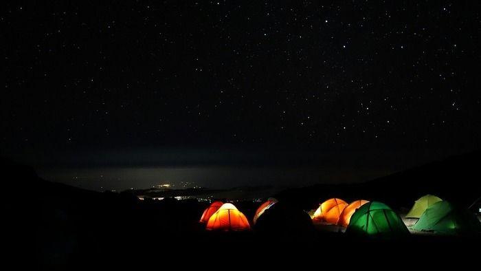 暗闇の中に光るテント
