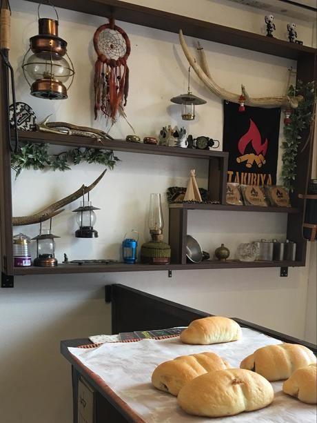 TAKIBIYA店内のランプが陳列された棚と並べられたパン