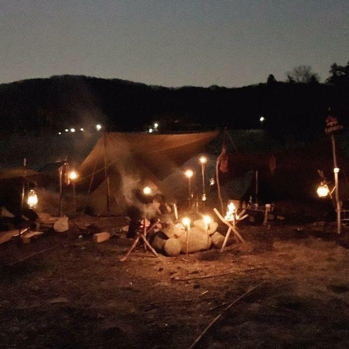 焚き火に照らされたキャンプサイト
