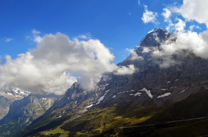 雲の隙間から見える青空と山