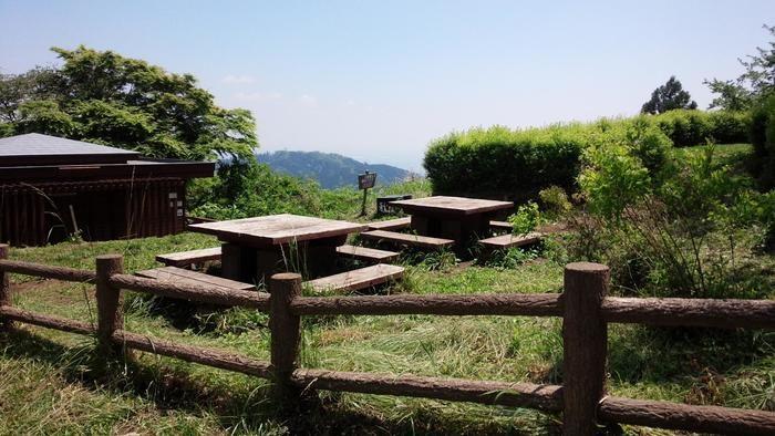 高尾山にある木でできたベンチ