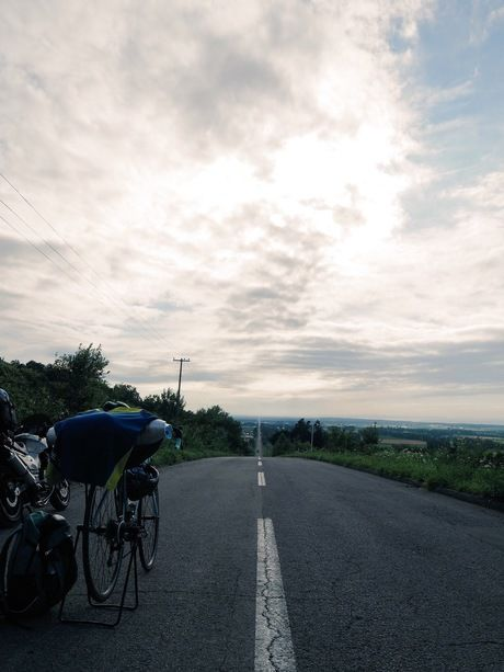 まっすぐ伸びた道路とロードバイク