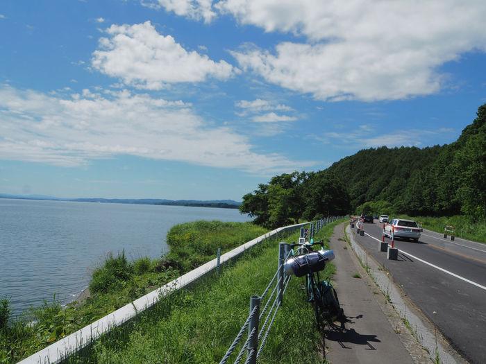 海沿いの道路脇に停められた自転車