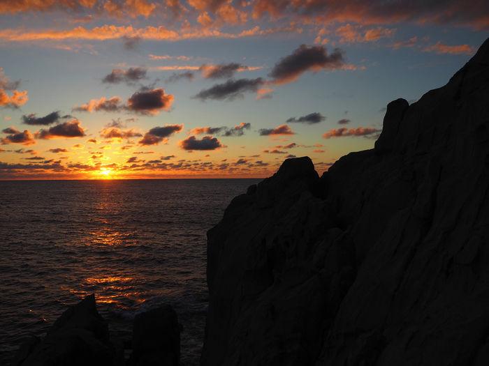 夕焼けした空と海