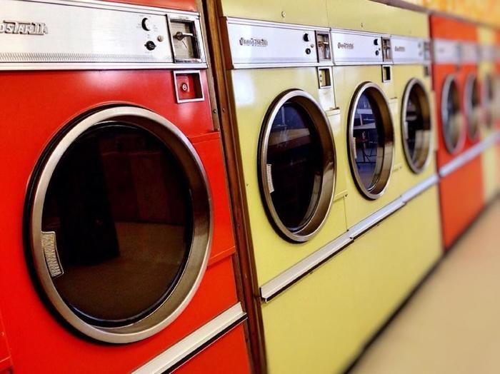コインランドリーに並ぶ洗濯機