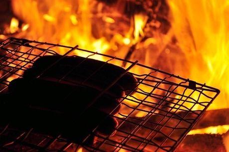 サウナストーンでソーセージを焼く様子
