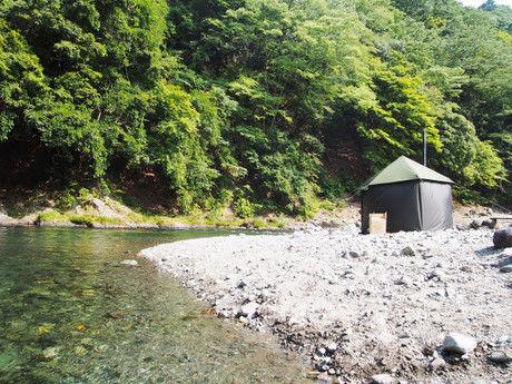 川沿いに建てられたサウナキャンプのテントと川