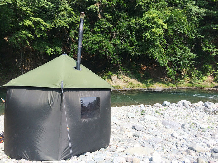 川沿いに建てられたサウナキャンプのテント