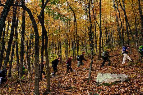 紅葉した山を歩く人々
