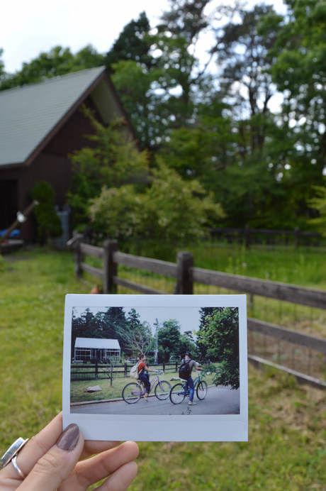 サイクリングを楽しむ写真を同じ場所で持ったフォトインフォト