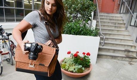 peak designのエブリデイ・メッセンジャーバッグを背負う女性