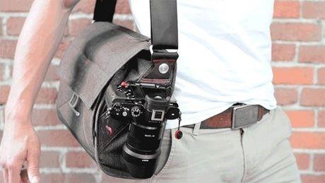 peak designのエブリデイ・メッセンジャーバッグをかけた男性
