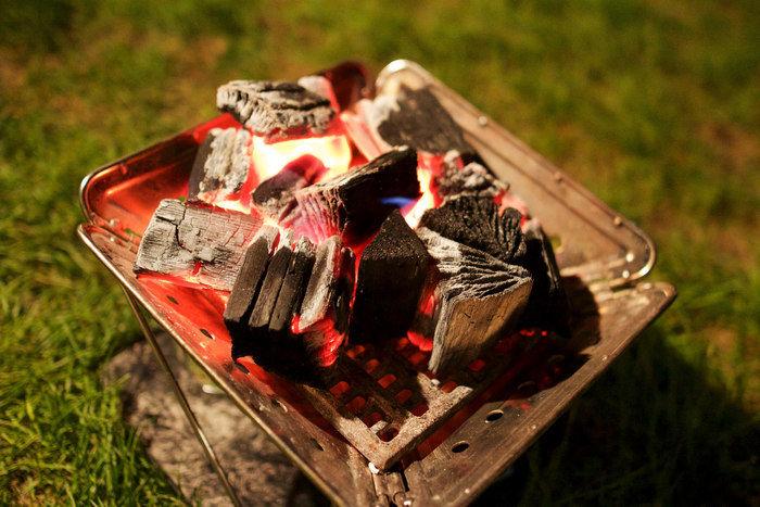 焚き火台と焚き木