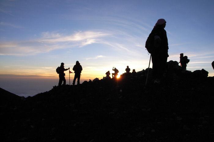 日の出山でご来光を待つ人々