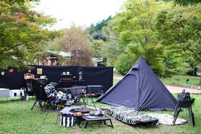 黒いギアで統一されたテントサイト