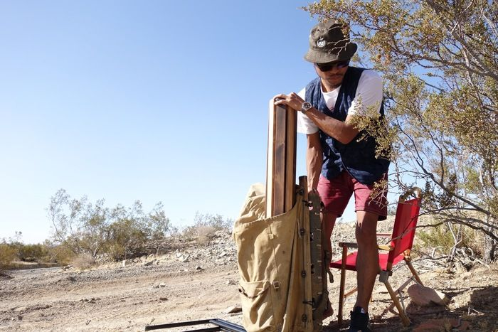天板を組み立てる男性