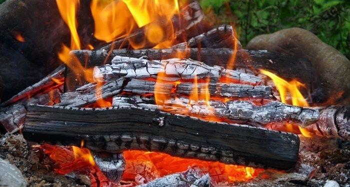 燃え上がる焚き火