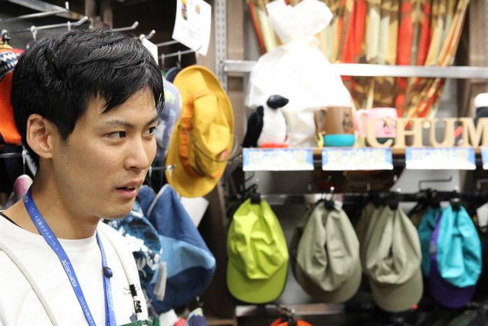 エルブレス新宿店の森岡さんが話ている様子
