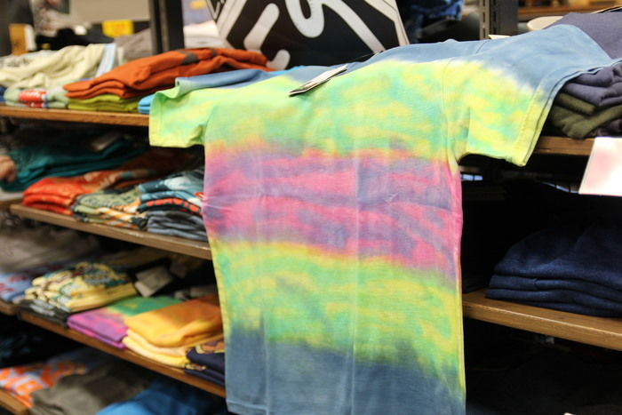 レインボーカラーのTシャツ