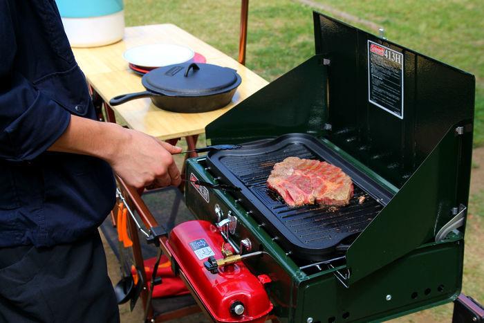 クラシックアイアングリドルで肉を焼く様子