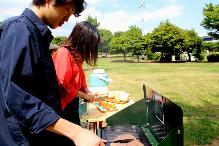キャンプで調理する男女