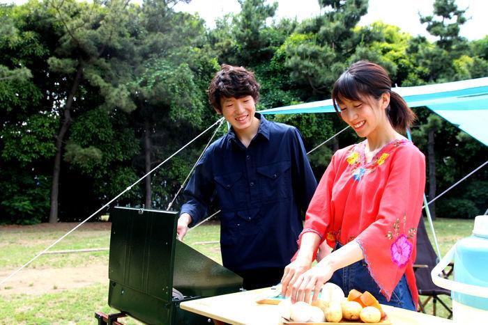 楽しそうに調理する男女