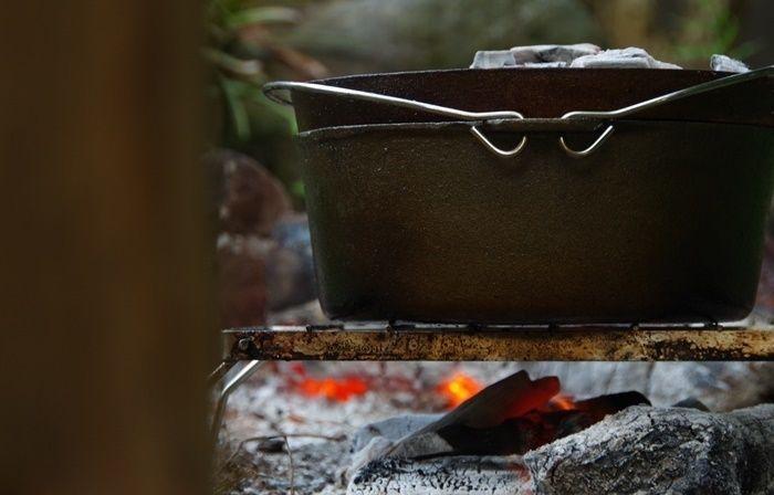 直火でダッチオーブンを使う様子