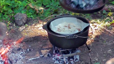 ダッチ・イン・ダッチオーブンで焼かれたクルミパン