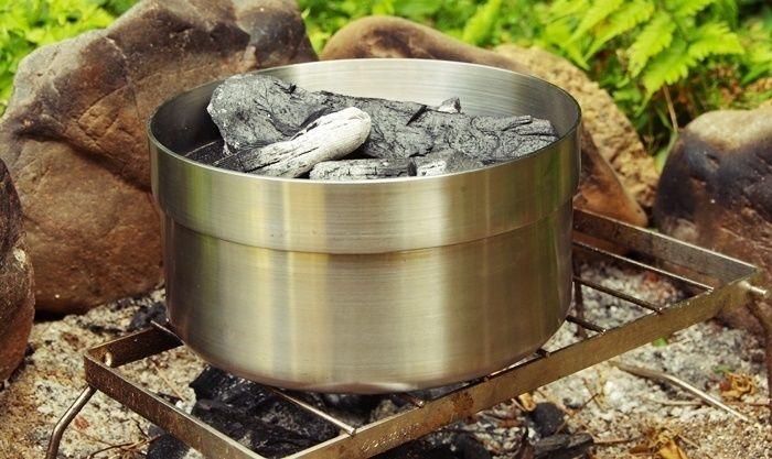 直火でダッチ・イン・ダッチオーブンを使う様子