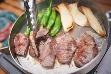 ダッチ・イン・ダッチオーブンのフタの上で焼かれたお肉