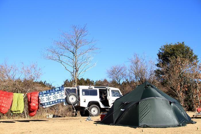 寝袋が干されたテントサイト