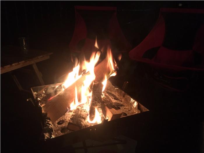 夜のキャンプ場の焚き火の様子