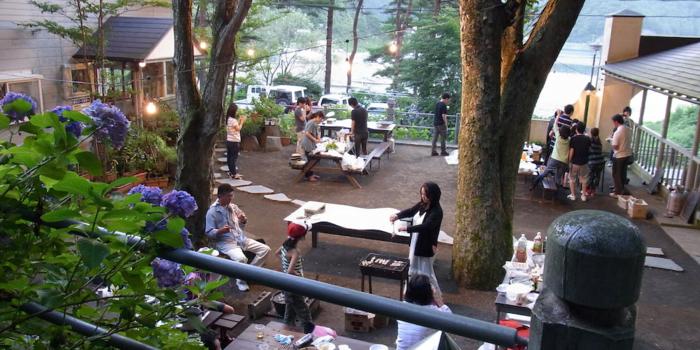 精進湖キャンピングコテージでバーベキューを楽しむ人々