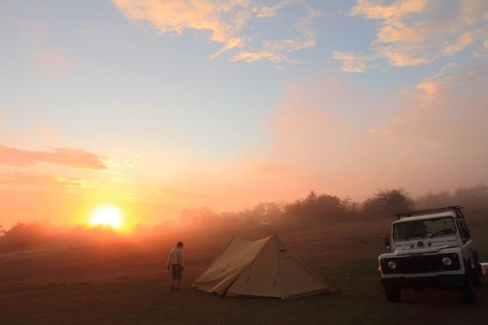 内山牧場キャンプ場から見える夕日と設営されたテント