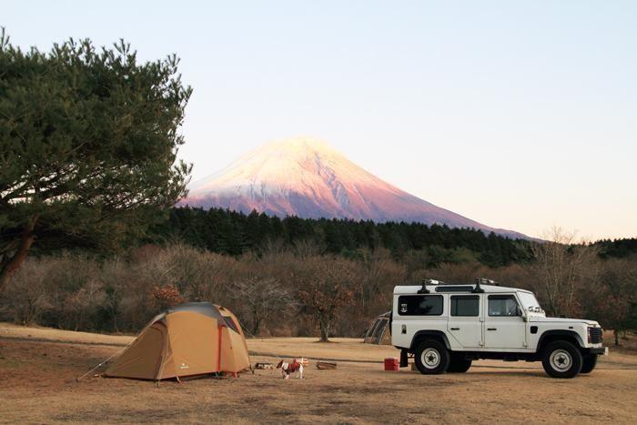 朝霧ジャンボリーオートキャンプ場から見える富士山とテント